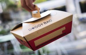 AMSTERDAM - Een doggybag. Natuur & Milieu gaat doggybags verspreiden onder restaurants. De milieuorganisatie wil in Nederland het taboe doorbreken dat rust op het mee naar huis nemen van overgebleven voedsel. ANP REMKO DE WAAL